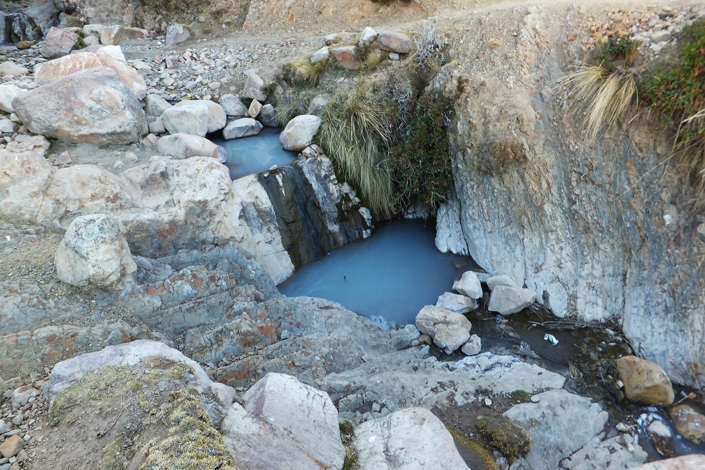 Esta me gusta porque parece como un lago artificial, como la luna. Ese río dicen Churawira, ese agua nunca se seca siempre trae agua. Lavan ropa y el agua se queda como celeste, no ve?