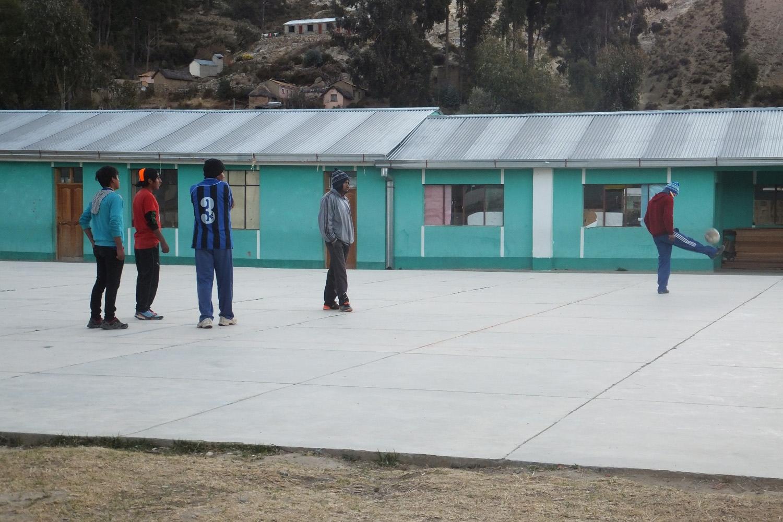 Jugando al fútbol al final del día de trabajo.