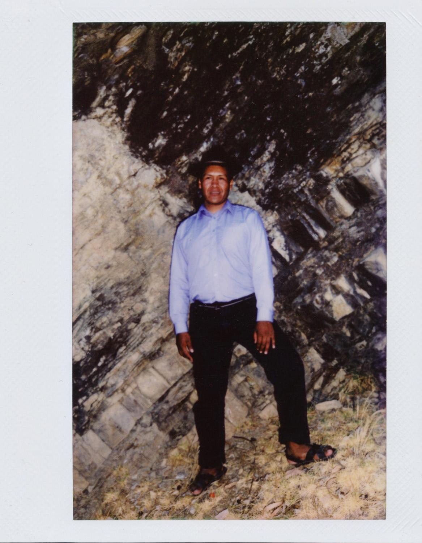 Noel Ramos / MI TRABAJO EN LA ISLA DEL SOL Mi nombre es Francisca, 65 años tengo yo y he nacido acá en la Isla del Sol. Trabajo en la chakra, cultivar, hacer papas okas. Mi hijo se llama Noel Ramos Quilima. Ha nacido también aquí en la isla. Se dedica a la albañilería y se ha tenido que ir a trabajar a La Paz. Las fotos de mi hijo me gustan mucho, hablan de un día de trabajo en su vida acá en la Isla del Sol. Muy bonito me parece para mí que mi hijo haya participado en este proyecto para la comunidad. La que más me gusta en la que están trabajando, es la tradición, el descanso tomando la coca después de caminar.