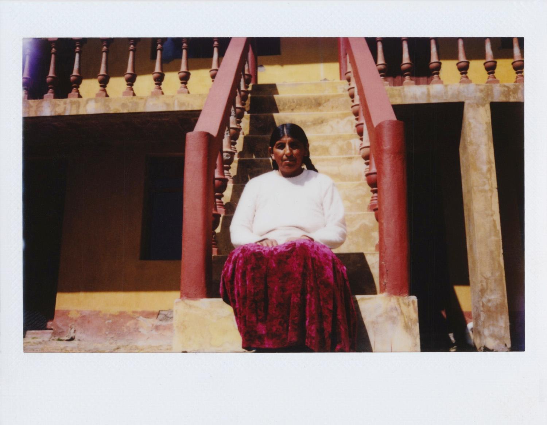Rita Payé / MI FAMILIA EN QHOMPHURI Tengo 40 años, He nacido en la Isla del Sol. Me dedico a trabajar con el turismo, las chakras y como madre de familia en la casa. La Isla del Sol significa para mi mucho, porque desde pequeña estoy acá, y siempre estaré acá. Me gusta los lugares y todo lo que hay aquí, músicas que hay, lo que existe aquí. Lo que más me gusta es que es muy naturaleza, aire puro. Mi trabajo es sobre mi familia, lo que me gusta de ella y el título es Qhomphuri, el lugar donde yo vivo. Mi favorita es la de mi hija que está bailando ese día que había una fiesta y se disfrazó. Después mis hijas, mis llamas siempre estoy con ellas, todos los días, por eso las tomé, mi suegra ahí siempre cocinándose a la mañana, de noche... Había hecho fotos hace tiempo con una cámara que tenemos. Me ha gustado mucho la experiencia de los talleres tomando fotos, lo que aprendimos. Me ha servido de todas formas fotos, ver las fotos de mis compañeros y seguiré tomando más. Me hace feliz todo lo que yo vivo en mi casa, mis hijas que están en casa, allá todos juntos.
