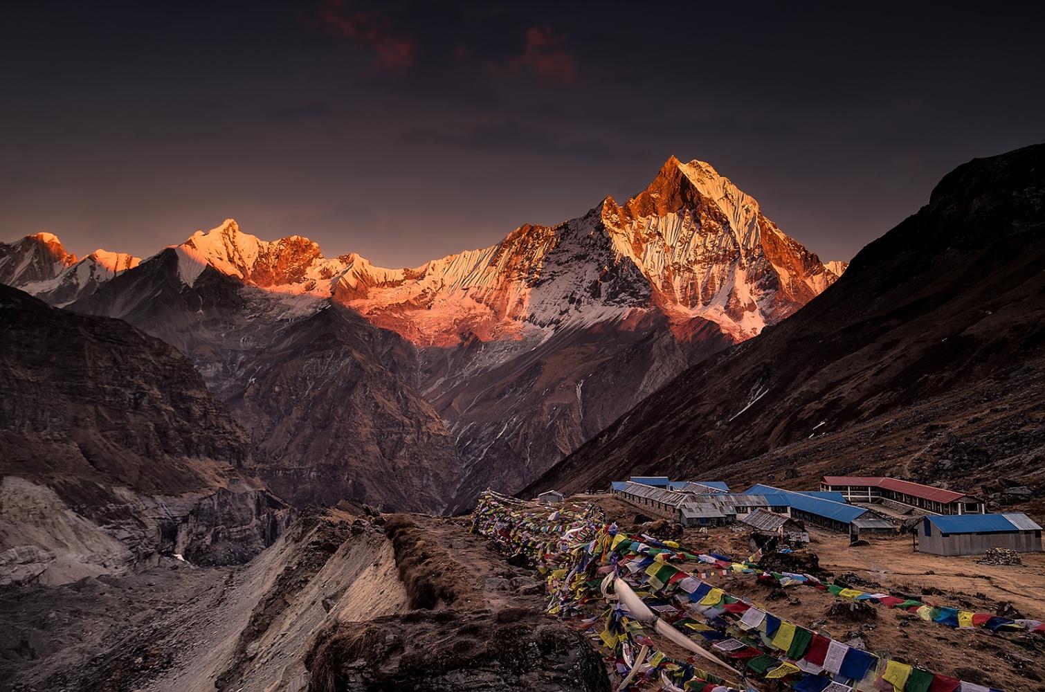 Campo Base de Annapurna. (Nepal). Puesta de Sol sobre el Machapuchare.