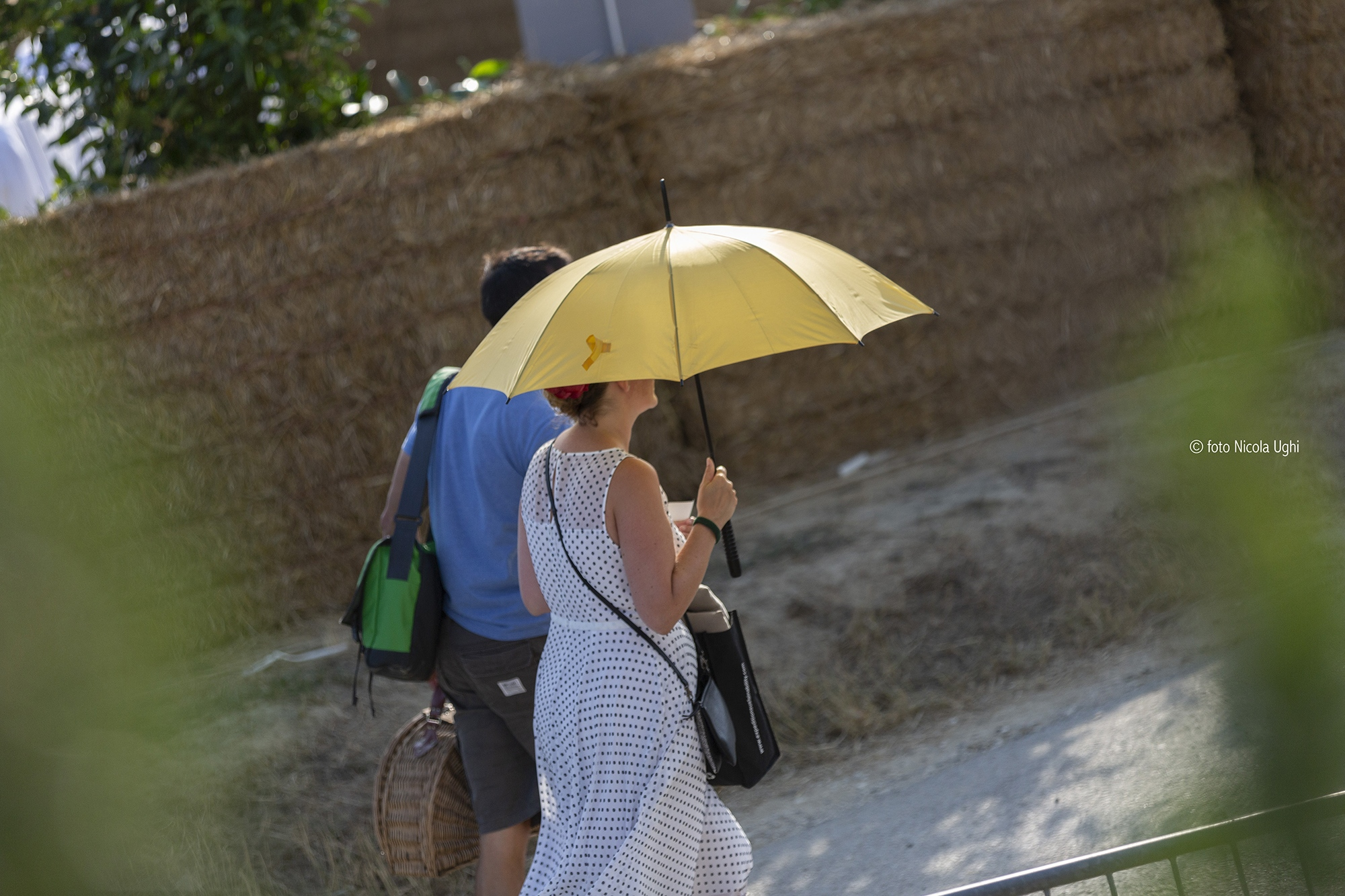 The afternoon is very hot in the tuscan hills. People are coming to listen the tenor well equipped for the sun