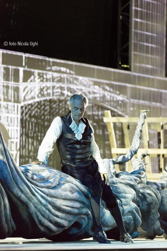 """the last scene, the tenor is singing """"in un bel di di maggio"""", one of the most famous aria"""" of the Andrea Chenier"""