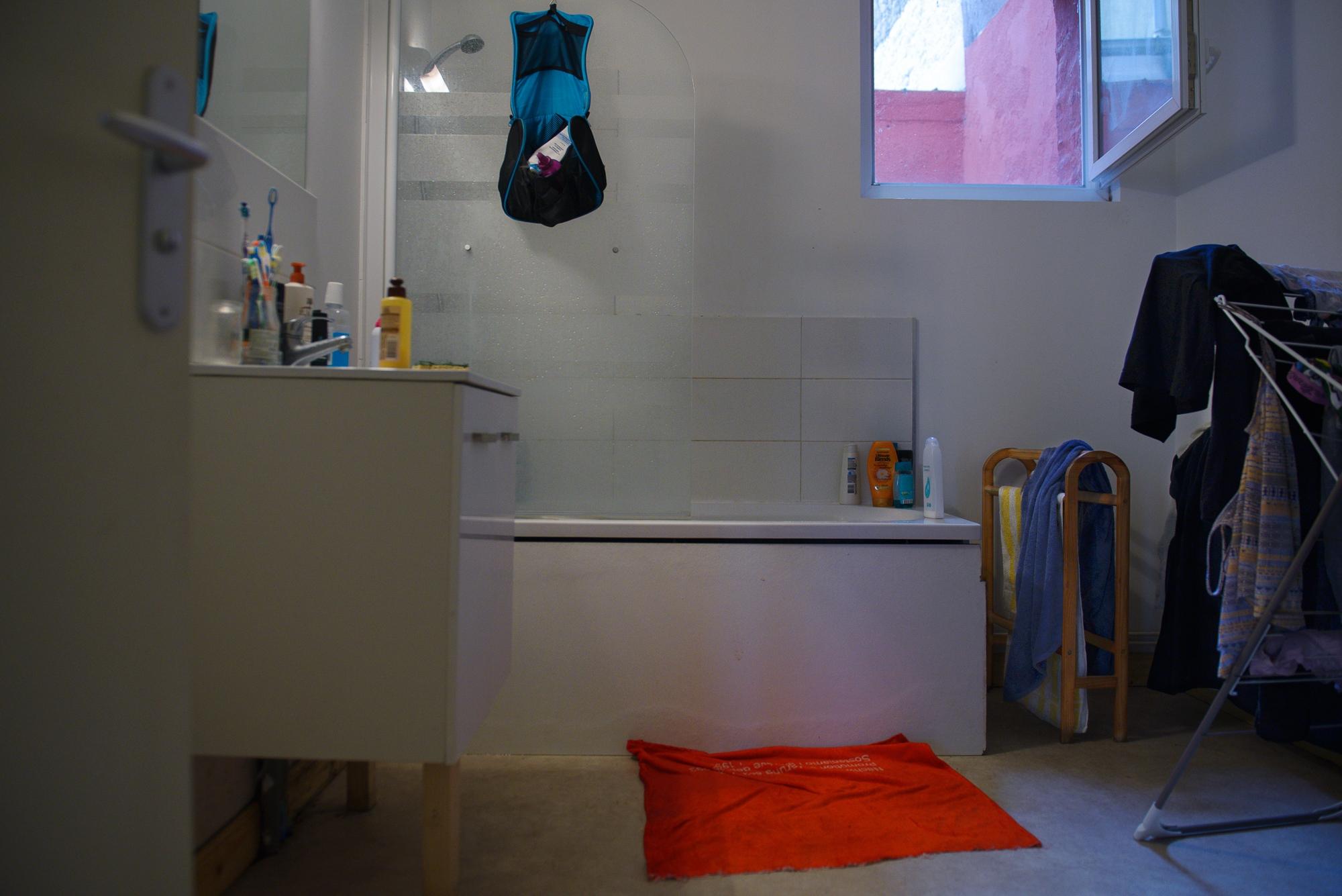 (EN) February 1, 2018 - Calais, France. The owners of this bathroom have been hosting refugees since 2015. This bathroom provides an average of 98 showers a week. (ES) 1 de febrero de 2018 - Calais, Francia. Los inquilinos de este hogar trabajan con refugiados desde el 2015. Este baño proporciona un promedio de 98 duchas por semana. (FR) 1er février 2018 - Calais, France. Les propriétaires de cette maison accueillent des exilé-e-s depuis 2015. Cette salle de bains procure une moyenne de 98 douches par semaine.