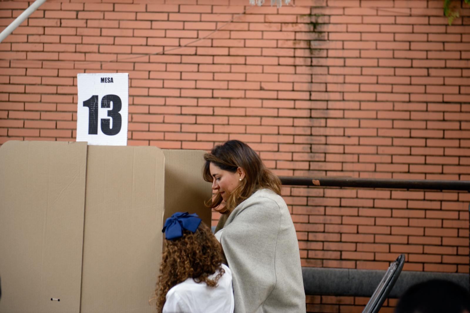 (EN) May 27, 2018 - Bogota, Colombia. Maria Juliana Duque and her daughter, Colombian presidential candidate Ivan Duque's wife, casting her vote during the first round of the 2018 presidential elections. (ES) 27 de mayo 2018 - Bogotá, Colombia. Maria Juliana Duque, esposa del candidato a la presidencia Iván Duque, votando durante la primera vuelta de las elecciones presidenciales 2018.