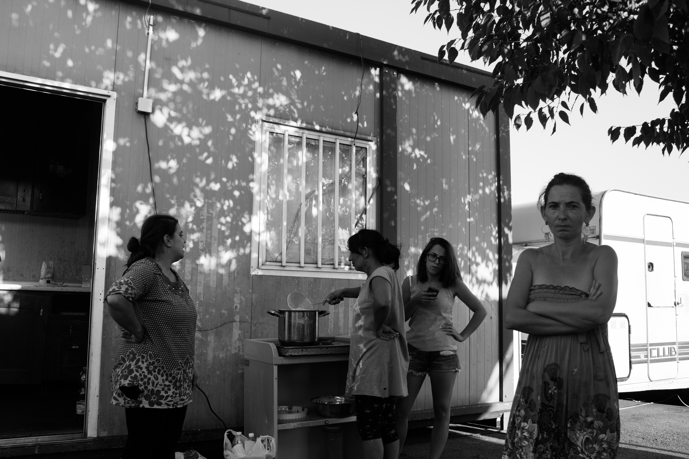 August 2017, nomad camp of Castelnuovo Rangone, Emilia-Romagna, Italy. Linda cooks for her family and her sister's.