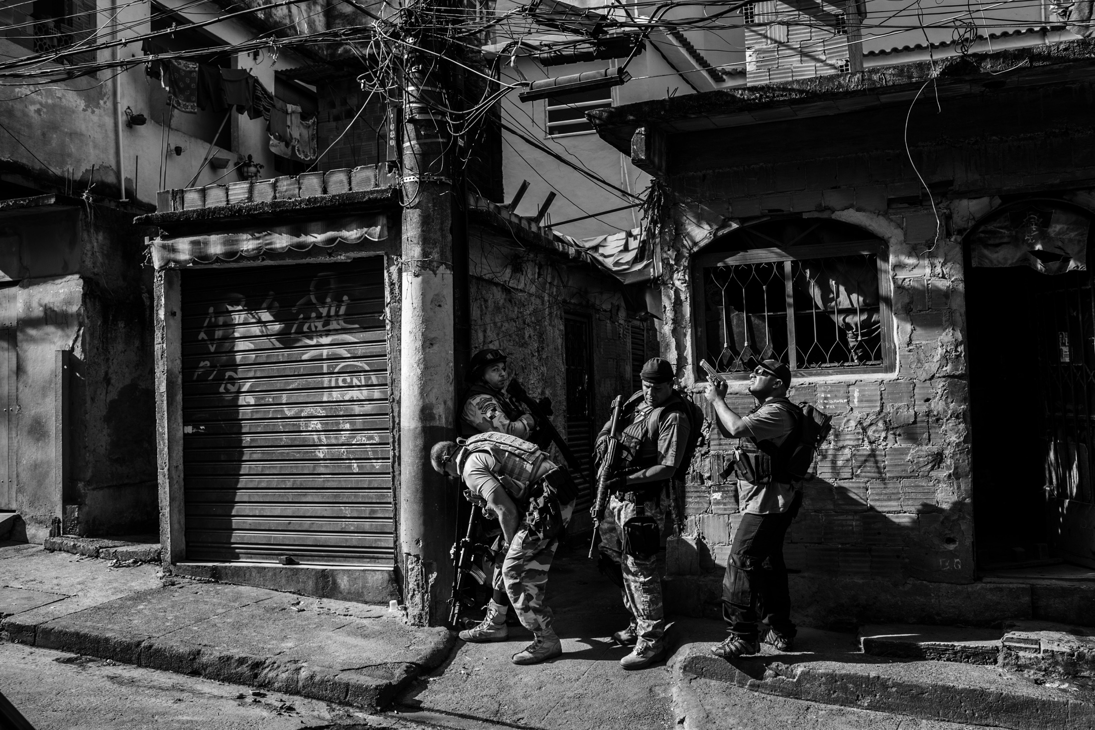 Agents from the Civilian Police during an operation to seize drugs and try to arrest suspected drug traffickers in Mangueira favela. During this operation, 1.5 tons of cannabis was seized, along with small quantities of crack and cocaine. May 2009.