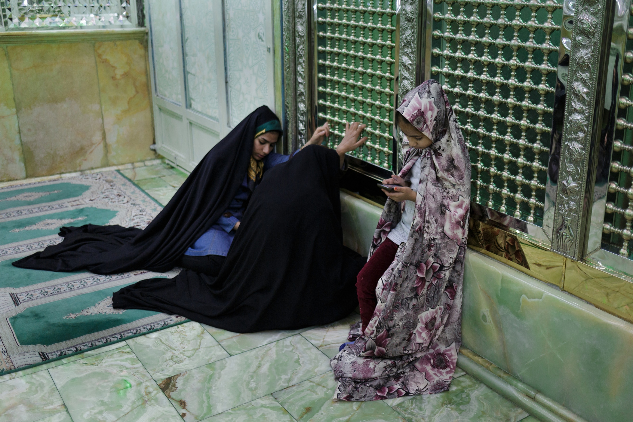 Women pray in a shrine in Tehran's bazaar. After the Islamic Revolution in 1979, the universities remained closed for two years to adapt the curricula to the values of the revolution. The new courses are mandatory for all students.