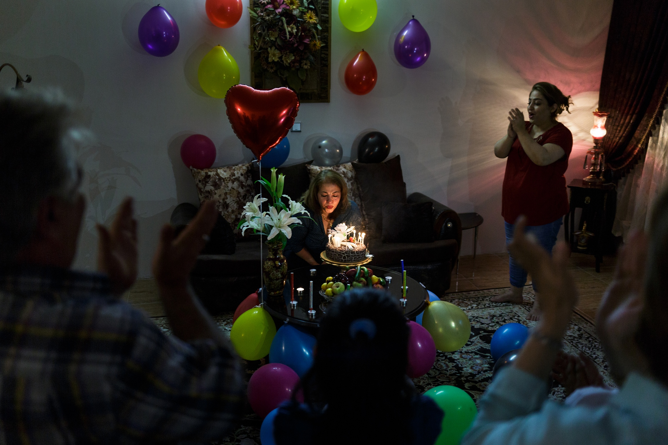 Shahnaz lives in Germany and visits her family in Iran once a year. They celebrate Shahnaz's birthday, which is also her goodbye party. After 13 months, I also have to leave Iran, with the identity that belongs to me and can now rest in me.