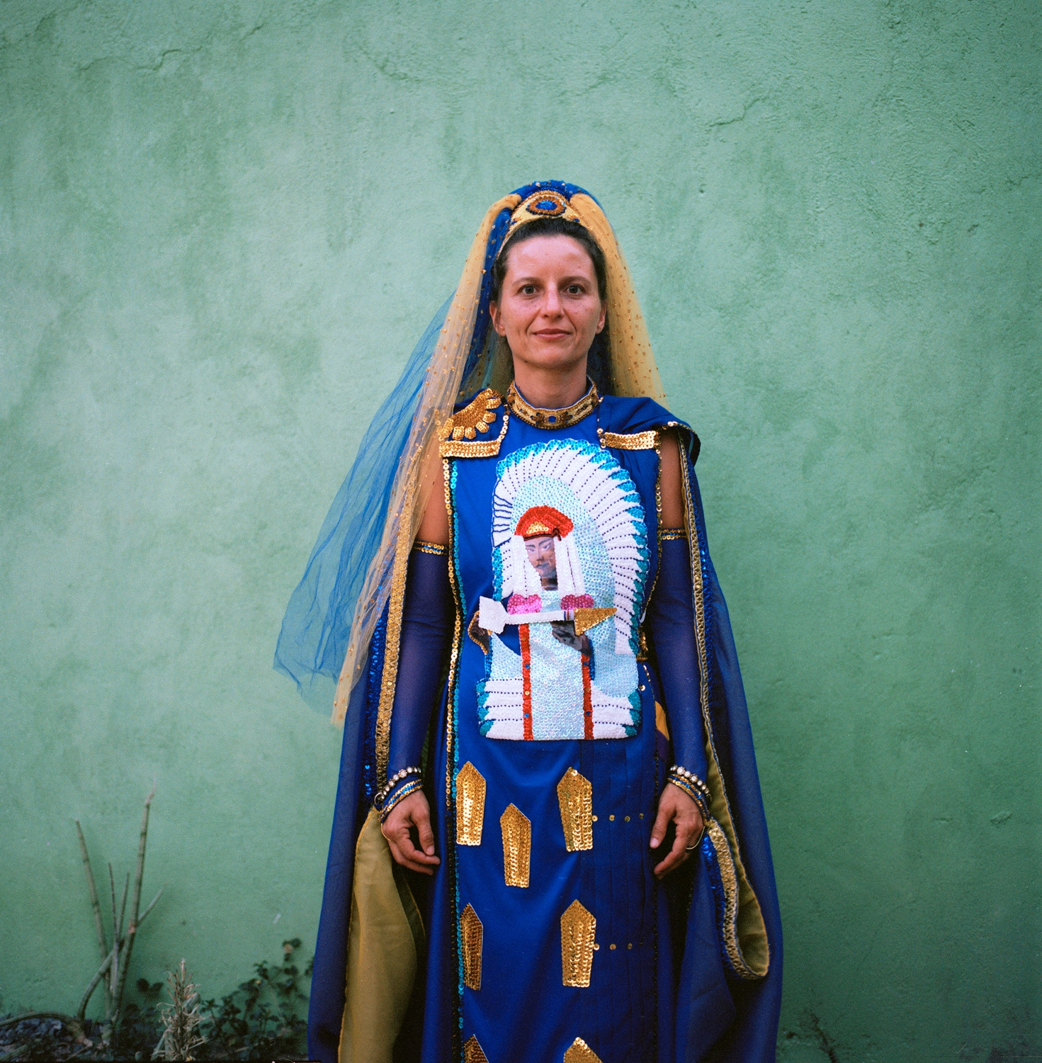 Alice stands for a portrait wearing her moon nymph gown. Cavalcante do Goais, 2016.   //  Alice posa para un retrato usando su traje ceremonial de ninfa luna. Cavalcante do Goais, 2016.
