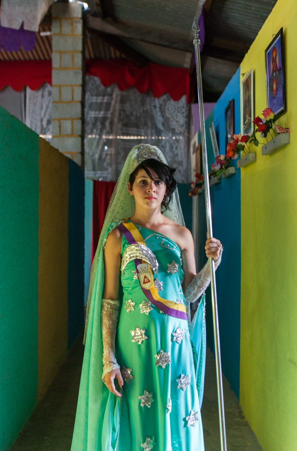 · Marcia stands for a portrait with her moon nymph garnment inside the temple. Cavalcante do Goais, 2014.  // · Marcia posa para un retrato con su atuendo ceremonial adentro del templo. Cavalcante do Goais, 2014.