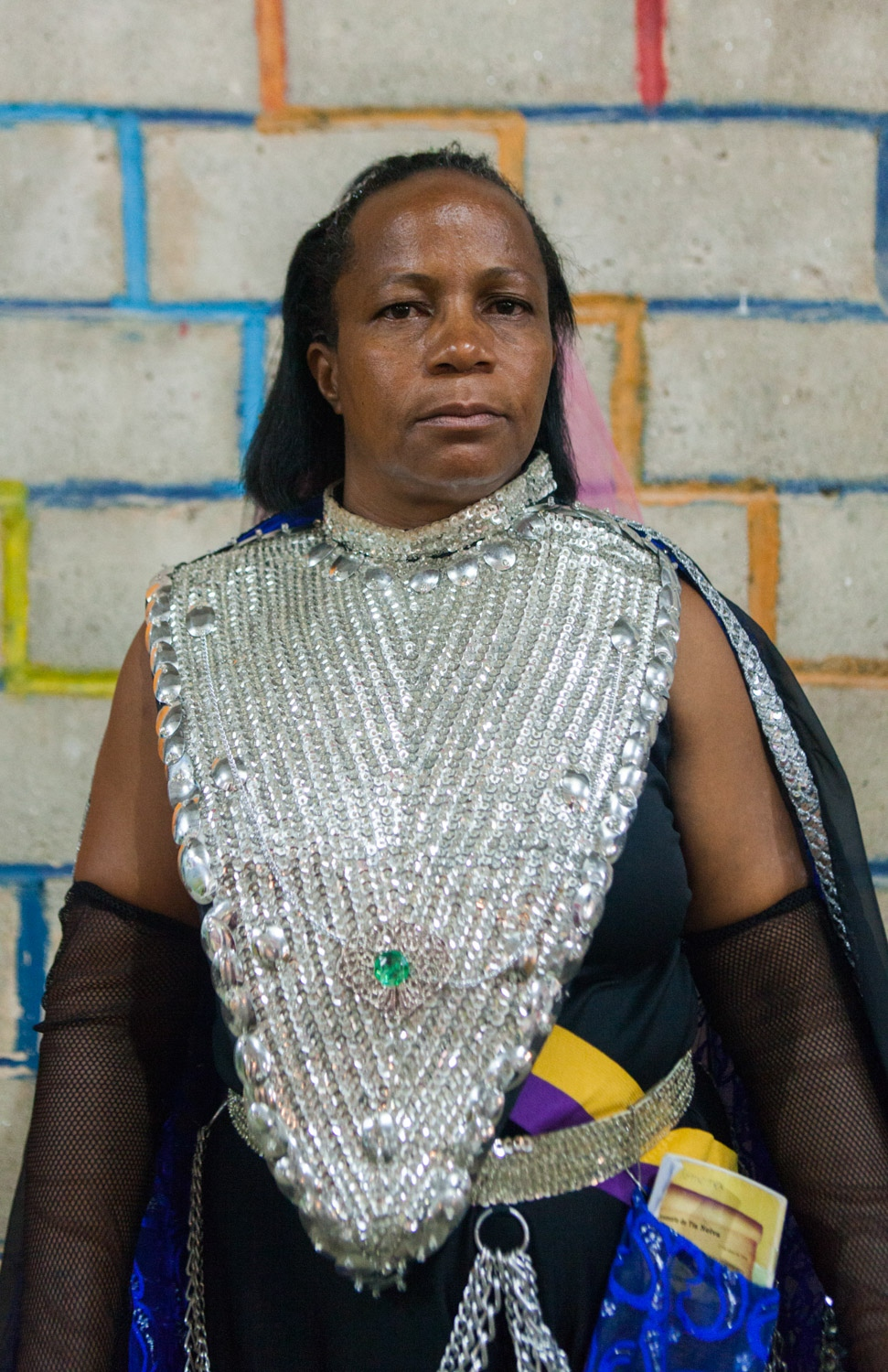 · Maria poses for a portrait in her nymph ceremonial dress. Cavalcante do Goais, 2014. // · Maria posa para un retrato usando su traje ceremonial de ninfa. Cavalcante do Goais, 2014.
