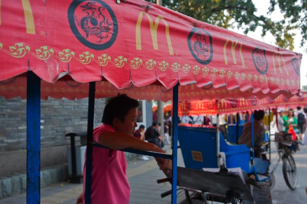 Bici-taxis que transportan a los turistas de la estación del metro al Palacio de Verano/Turistic bici-taxis that transport tourist to and from the subway to the Summer Palace. Beijing / Pekín