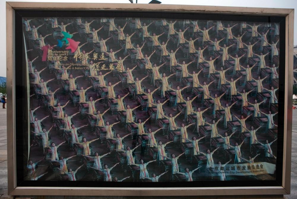 """Imagen de la ceremonia de inauguración de los juegos Olímpicos de Beijing, frente al estadio conocido como """"El Nido"""" / Photograph of the innaugural event of the Beijing Olympiads in 2010 in front of the stadium known as """"The Nest"""" Beijing / Pekín"""