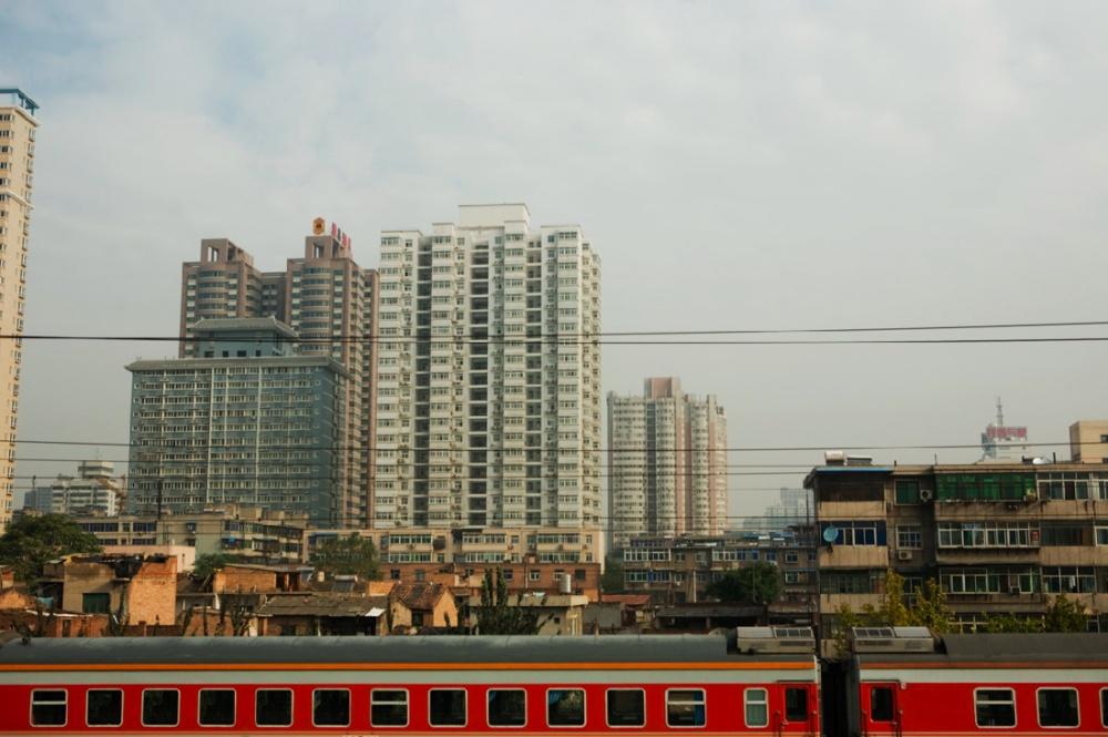 Explosión inmobiliaria y tren que atraviesa la ciudad hacia las cercanías / Real state boom and train that crosses city and some close-by provinces. Beijing / Pekín