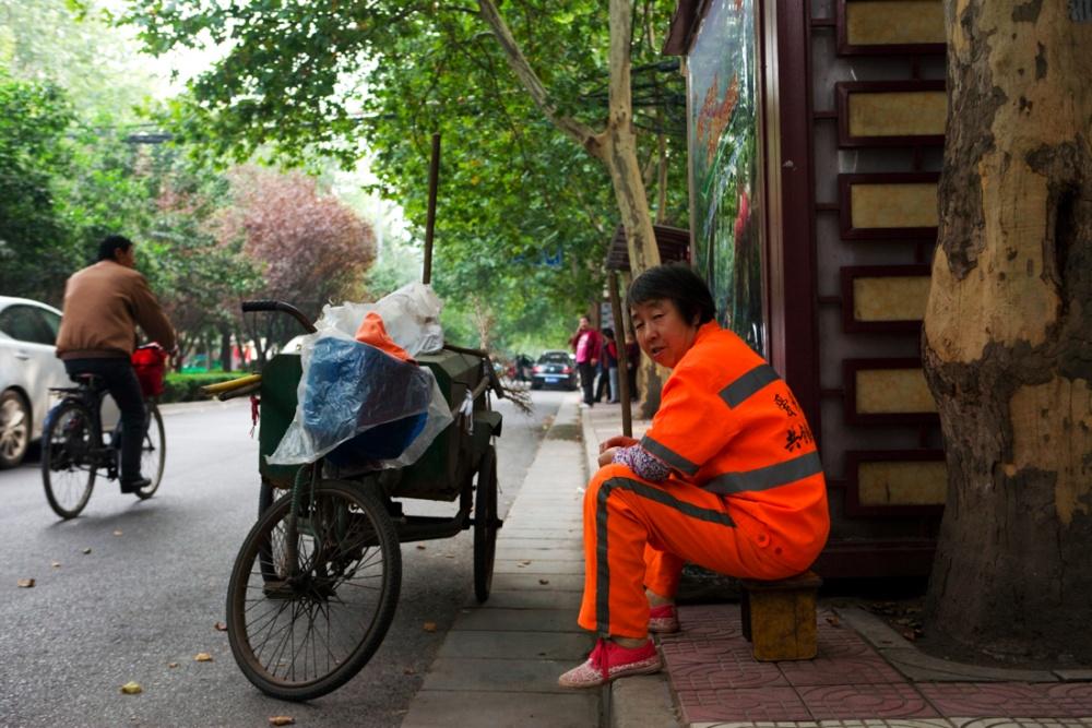 Trabajadora de limpia descansando. Las calles se mantienen impecablemente limpiass / Street cleaner taking a break. The streets are impecably clean. Xi'an