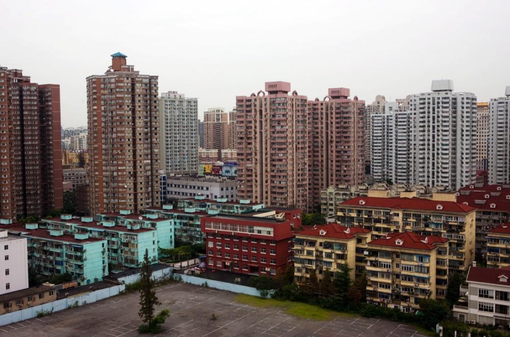 Construcciones viejas contrastan con los nuevos edificios, erigidos en los últimos diez años / Old construction contrasts with the new high-rise buildings built in the last 10 years. Shanghai