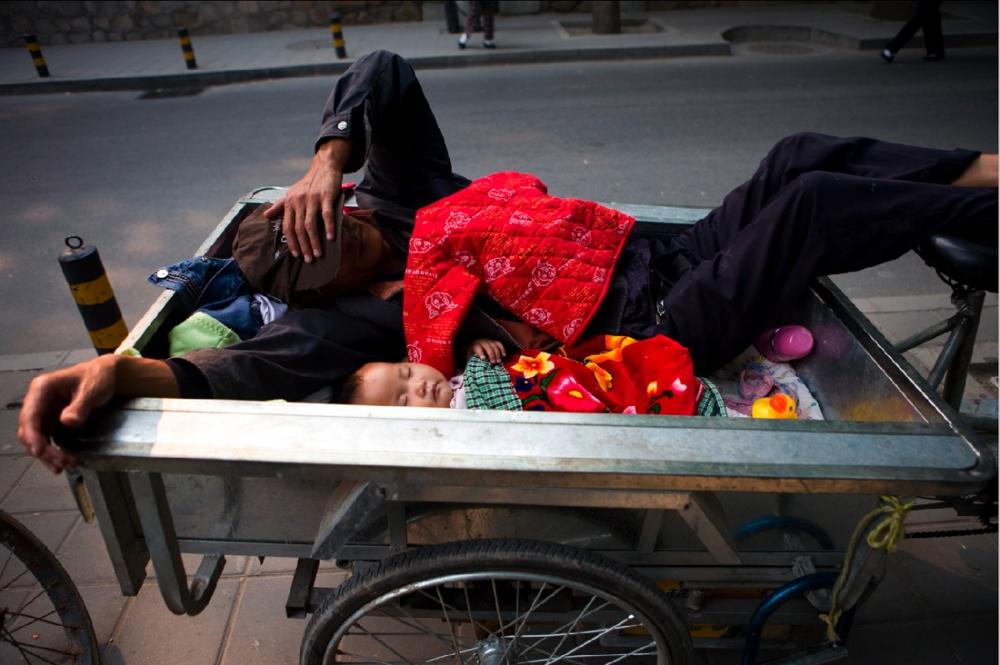 Momento de siesta para vendedores ambulantes en una ciudad que no para / A nap time for a street vendor in a city that never stops. Beijing / Pekín