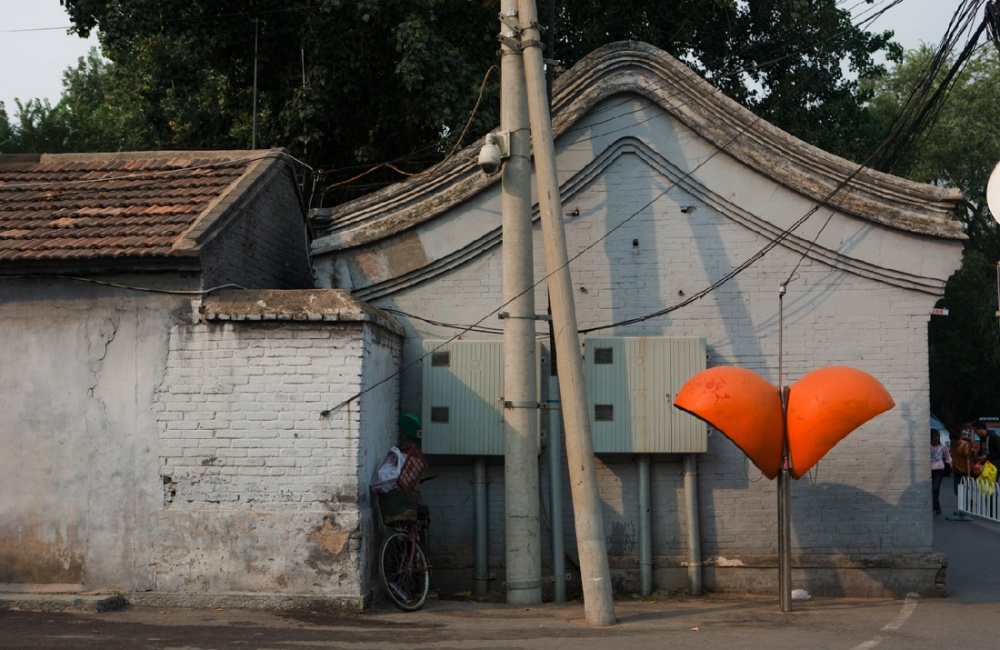 Cabinas telefónicas y viviendas con arquitectura antigua / Phone booth and ancient architecture housing. Beijing / Pekín