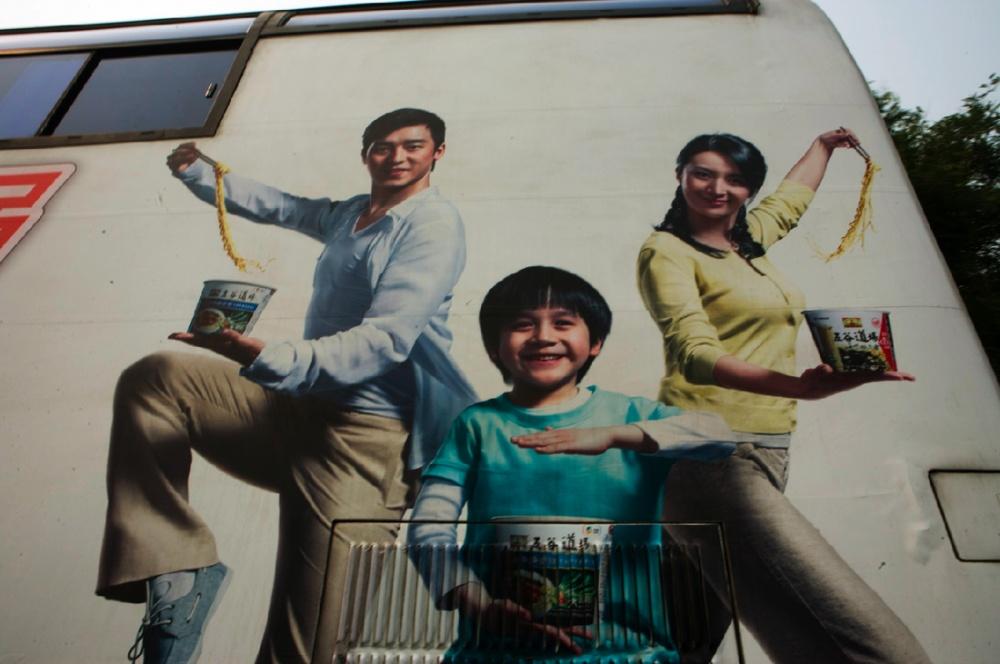 Anuncio en autobús público / Public bus advertisement. Beijing / Pekín