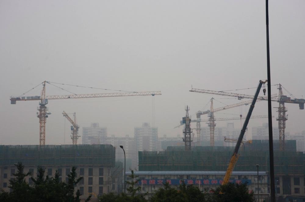 Edificios creciendo en medio de la contaminación de la ciudad, una de las más pobladas del mundo / Buildings growing high and far beyond the smog in one of the most populous cities of the world. Beijing / Pekín