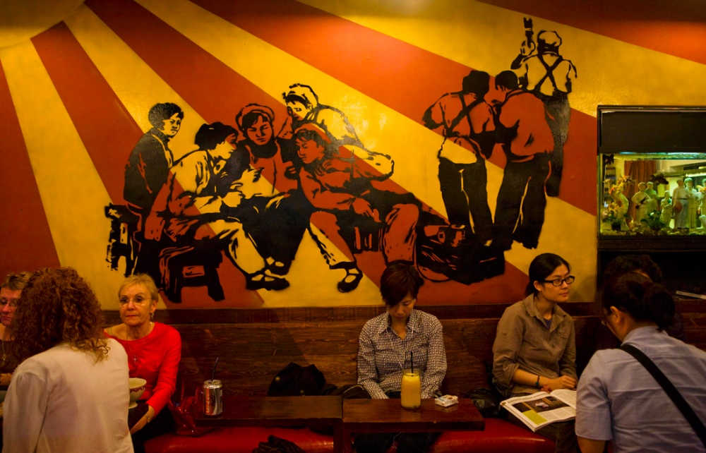 Restaurantes, tiendas de autor y galerías de arte son lo que define al barrio céntrico, el cual se componía anteriormente de viviendas sociales construidas en los años treinta. Hoy se conoce como Tian Zin Fang, en honor a un famoso pintor / Restaurants, designer's shops and art galleries describes the ambiance of the old low class housing neighborhoods from the 30s, renovated and named after Tian Zin Fang, a famous painter. Shanghai