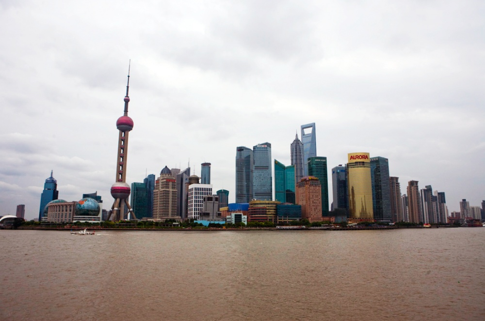 Vista del distrito financiero de Shanghai desde el camellón turístico conocido como 'Bund' / View of Shanghai´s financial district from the touristic walkway called The Bund. Shanghai