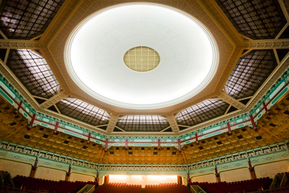 Pabellón Conmemorativo a Sun- Yat- Sen, diseñado en los 10920s por Lu Yanzhi. Tiene una forma octagonas y no tiene ningun pilar que sostenga la estructura de 71 metros de altura. Tiene la capacidad para 3, 240 perosnas. Sun- Yat- Sen fue un revolucionario chino y el primer presidente de la Republica Popular China / Sun- Yat- Sen memorial hall auditorium was designed in 1920s by Lu Yanzhi, has an octagonal shape and has no pillars to sustain its 71 meters and with a capacity for 3,240 people. Sun Yat- Sen was a chinese revolutionary and first president of the People´s republic of China. Guangzhou