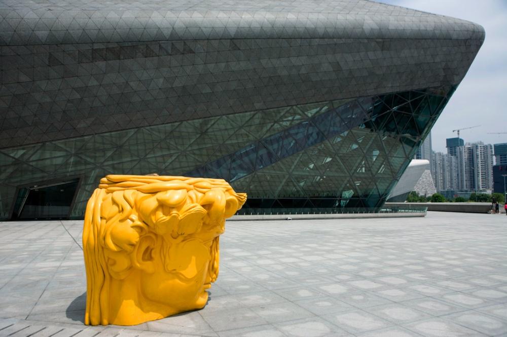 Casa de Opera de Guangzhou diseñada por la arquitecta Iraqui, Zaha Hadid, en el distrito empresarial de Tianhe. Guangzhou Opera House designed by Iraqi architect Zaha Hadid/ in the Tianhe District, the central business District of Guangzhou. Guangzhou