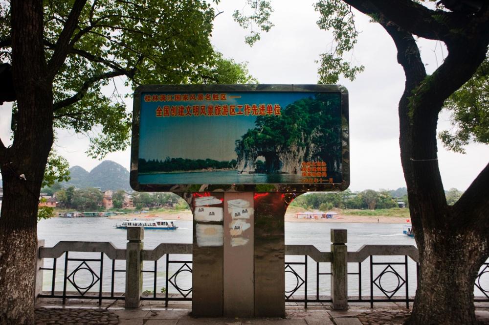 Anuncio de las excursiones por el río Li / View of the Li River with advertisement for tours through the river. Guilin