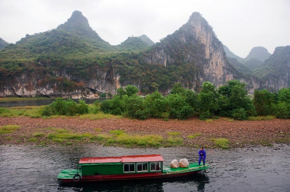 Transporte regional para las comunidades pescadoras que viven en las orillas del río / Typical transportation boat for fishing villages at the edge of the river. Guilin