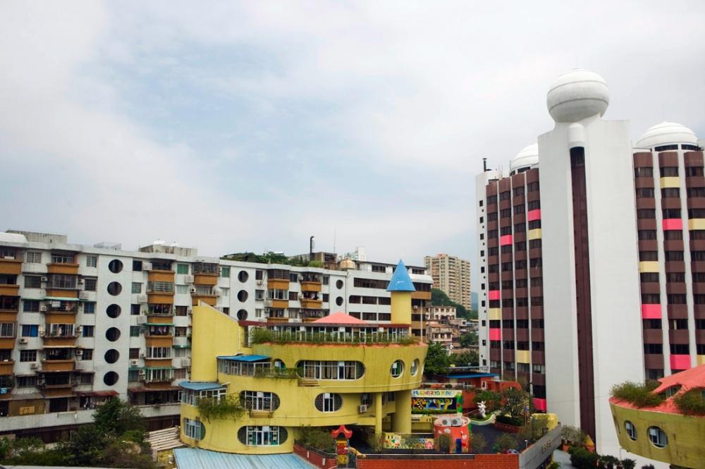 Edificios habitacionales y salón de fiestas infatiles se encuentran entre los edificios nuevos que van apareciendo al seguir el trayecto por la autopista / Housing projects and childrens party saloons can be found among the the buildings that appear throughout the route. Guangzhou