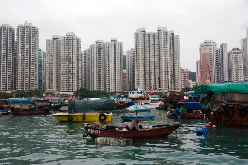Comunidad de pescadores en el puerto de Aberdeen, que contrasta con el crescimiento inmobiliario y la densificacion del pequeño territorio / Fishermen village in the Bay of Aberdeen, contrasting with the real state development and densification of the small territory. Hong Kong