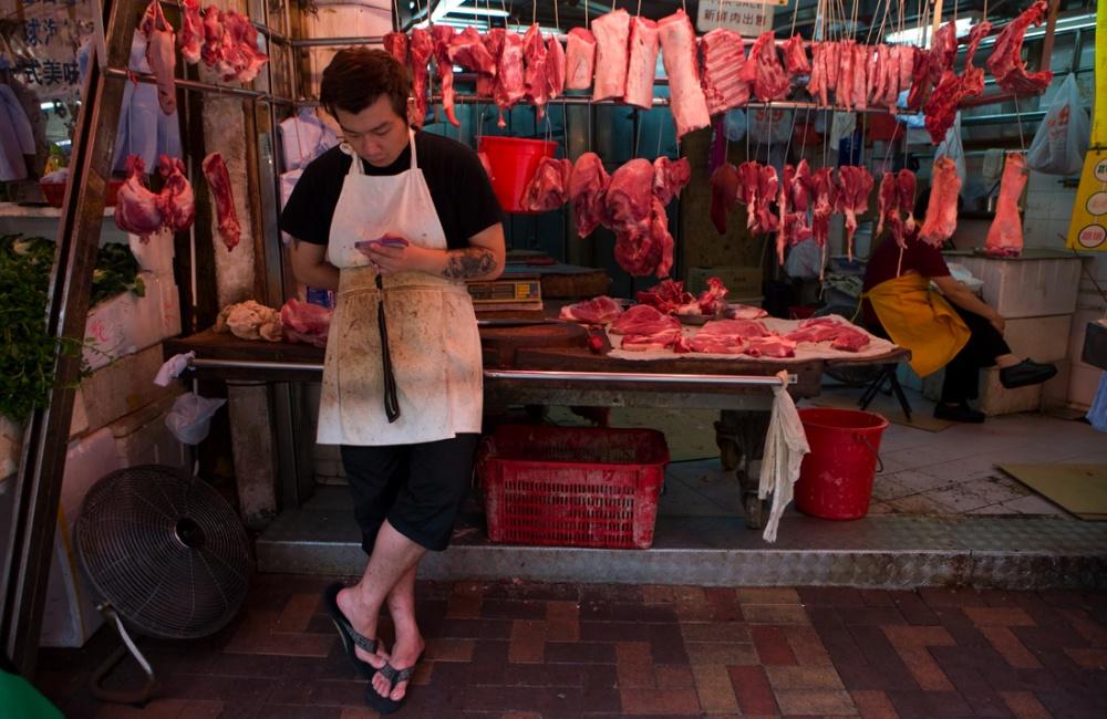 Mercado de carnes en el mercado de Hong Kong , uno de varios en la isla, este abarca solamente dos calles largas y es donde amas de casas vienen a hacer sus compras todos los días / Meat market in Hong Kong, one in many in the island, this one only extends for two long blocks and its the daily destination of many housewives.Hong Kong