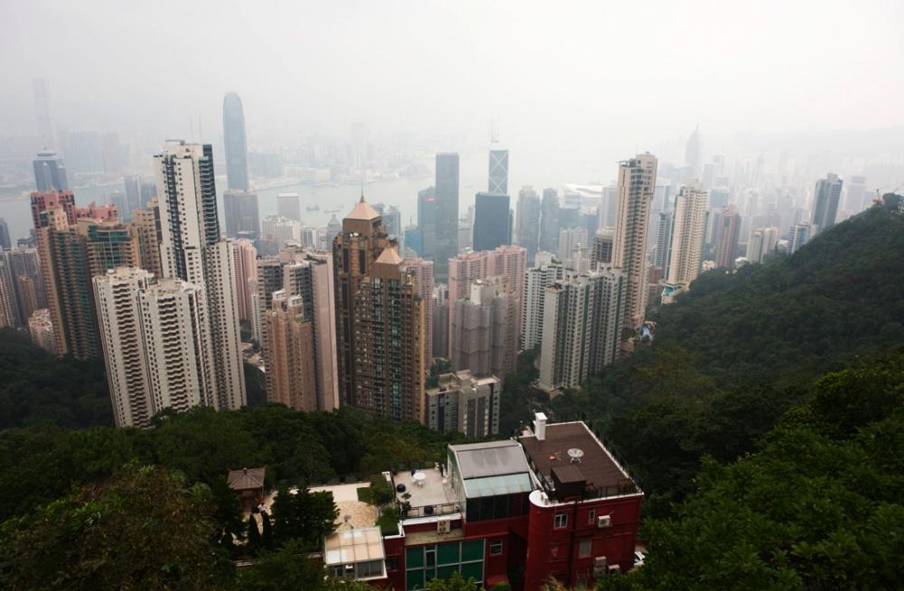 Vista desde el Pico Victoria, cubierta por contaminacion, donde se ven los edificios más caros y la isla de Hong Kong a la distancia / View from Victoria Peak where one can see the priciest buildings and the island of Hong Kong, at a distance, beyond the smog. Hong Kong