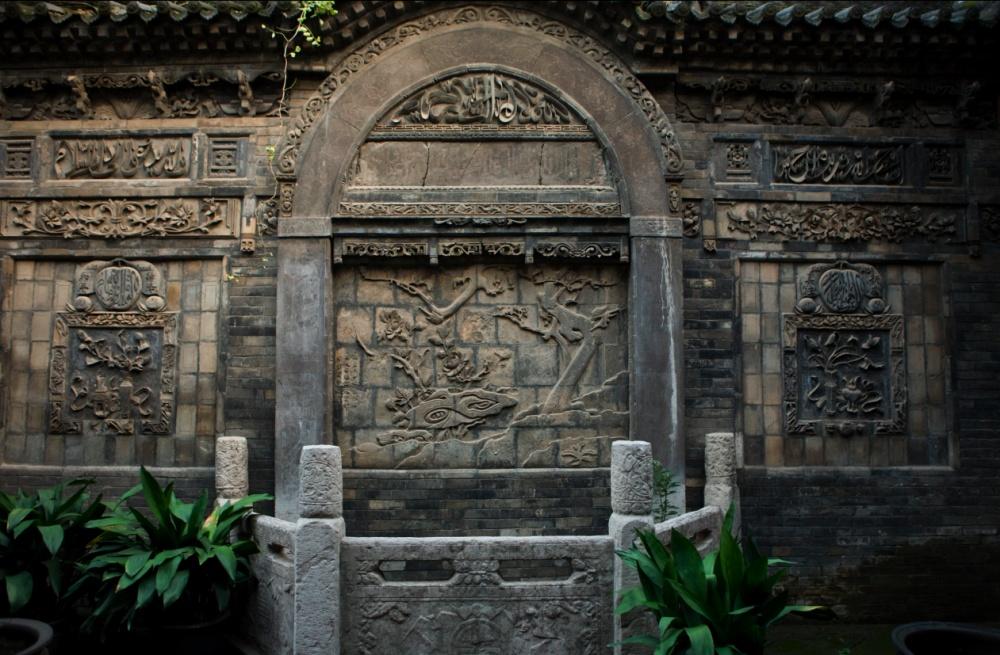 Tallado en roca a la entrada de un templo y centro escolar musulmán / Carving on rock in entrance to Muslim temple and study center. Xi'an