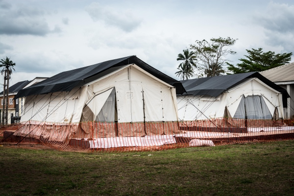 In order to decongest the Lassa ward, ALIMA donated two tents and built two well equipped sanitation facilities at the Irrua Specialist Teaching Hospital, Edo state. Each tent has eight beds