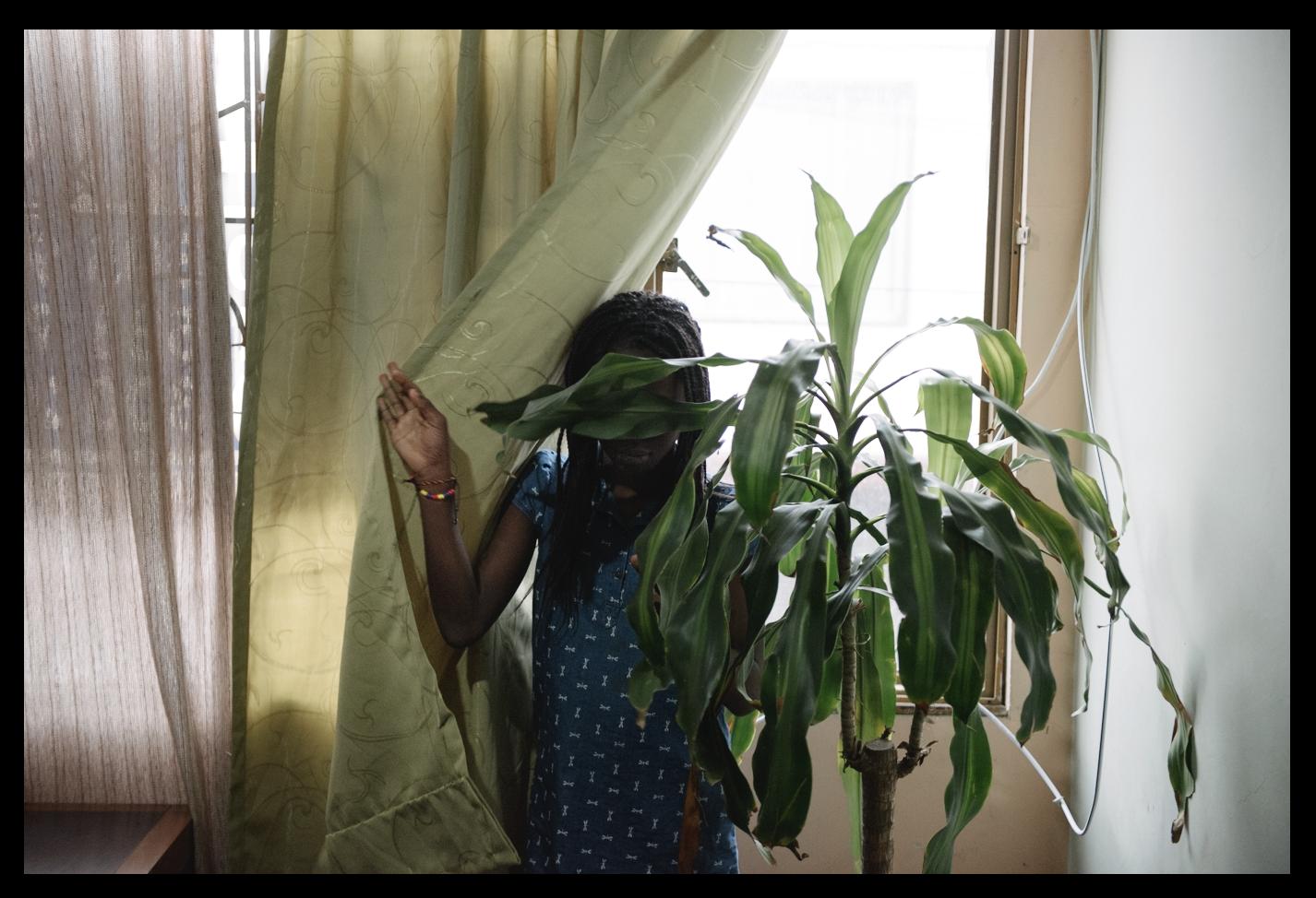 """Casi siempre los líderes llegan desplazados a Bogotá con sus familias. Ella es la hija de Obdulio*. """"Yo entiendo la importancia de lo que mi papá está haciendo y el peligro que está dispuesto a correr. Pero no estoy de acuerdo porque algo grave le puede pasar. Yo se lo digo a usted desde la perspectiva de una hija"""", dice."""