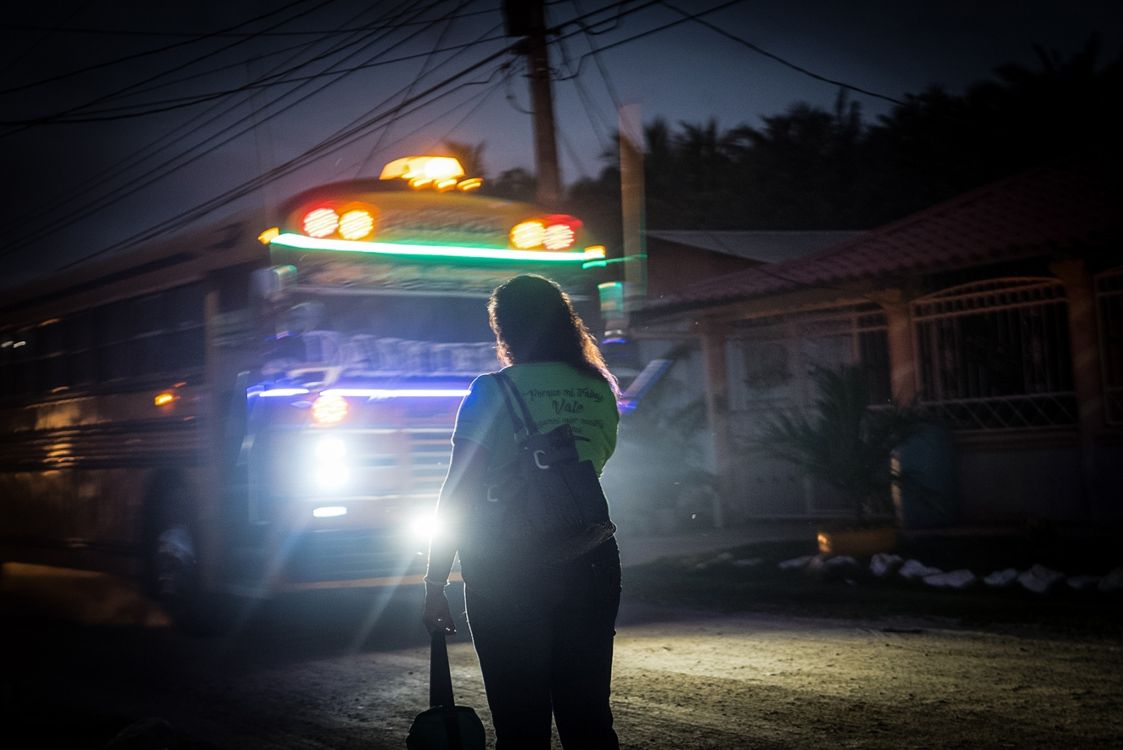 Before dawn, Gómez waits for the company bus near her home. Even when on strike, she shows up to work, fearing she will be replaced if absent. Her daily earnings depend on the fruit she and her coworkers collect, but this number rarely exceeds 350 lempiras, or 14 dollars.