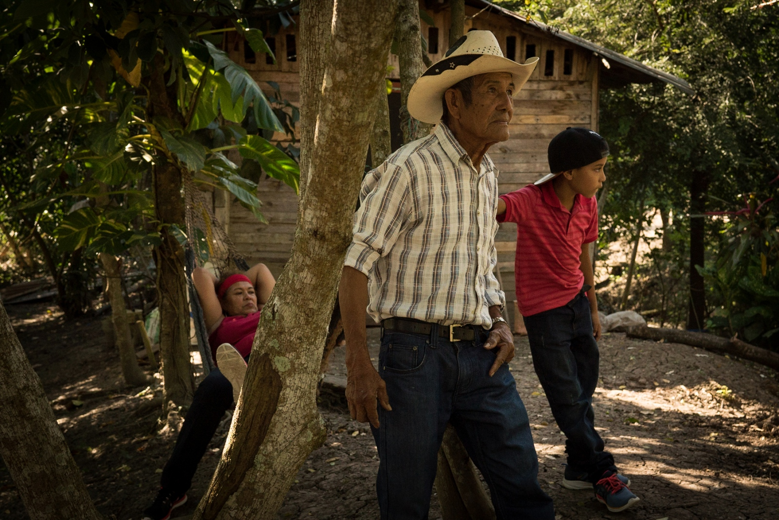 On Sundays, Gómez takes Oscar to her father's farm house, where he harvests sugarcane. A former employee of Chiquita himself, he understands his daughter's struggle. Working conditions, he said, have worsened since he retired. When he worked for the company, water was paid for, rent was provided, school expenses were covered, and entire families had access to health insurance. Today, workers are on their own.
