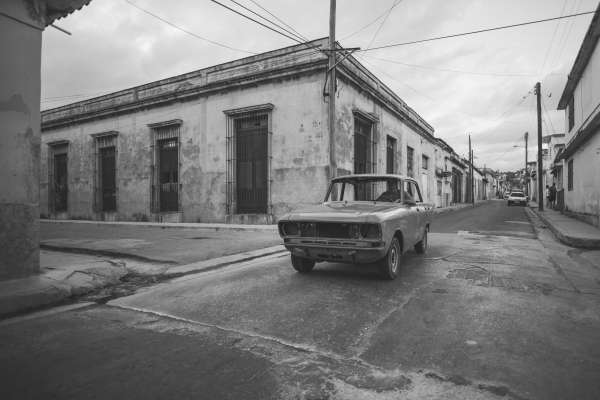 Cubans are not allowed to buy new cars, that's why owning a car is equivalent to real luxury. It is quite likely that the car in the picture can be worth around 15,000 dollars, a rather high price considering that the average salary of a Cuban is 29.6 dollars