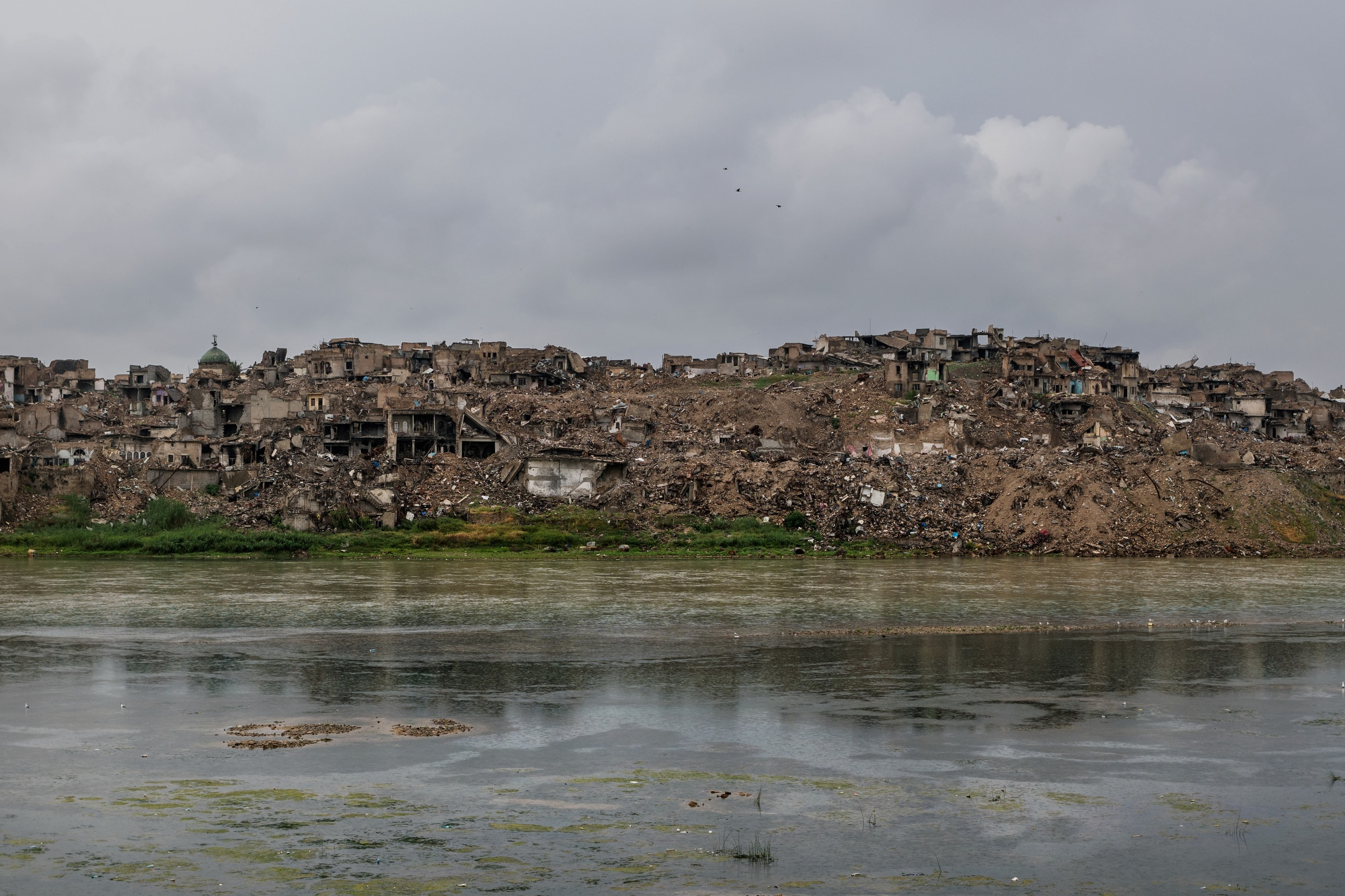 MOSUL 20180413 The ruins of old Mosul, which was hit the hardest by the battle for the city and coalition airstrikes, on the other side of the Tigris river. Photo: Vilhelm Stokstad / Kontinent