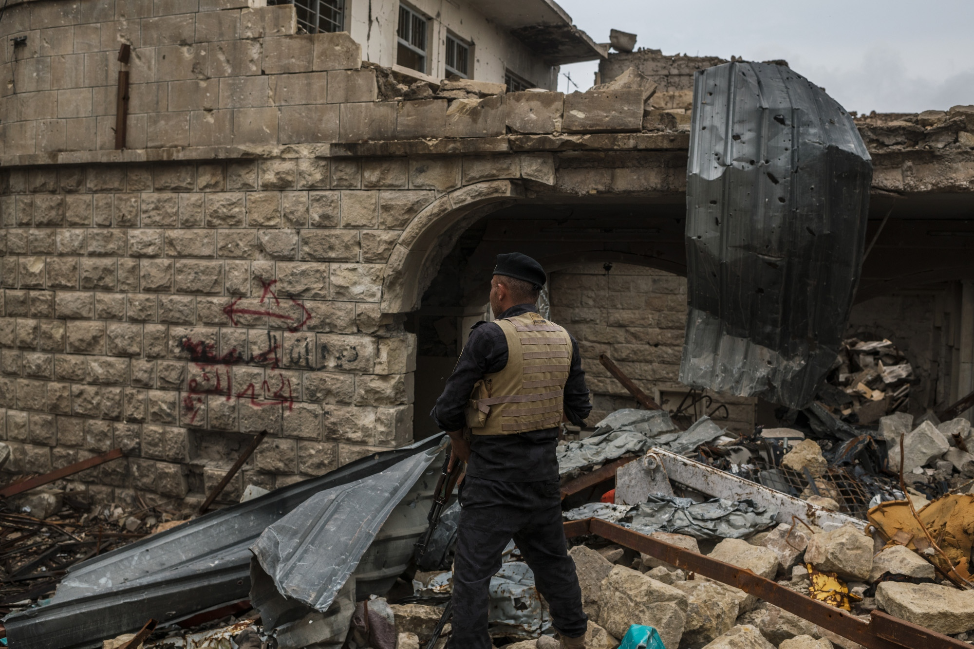 MOSUL 20180413 A police officer just fired a shot in the air to scare of a looter in the alleys of old Mosul. Photo: Vilhelm Stokstad / Kontinent