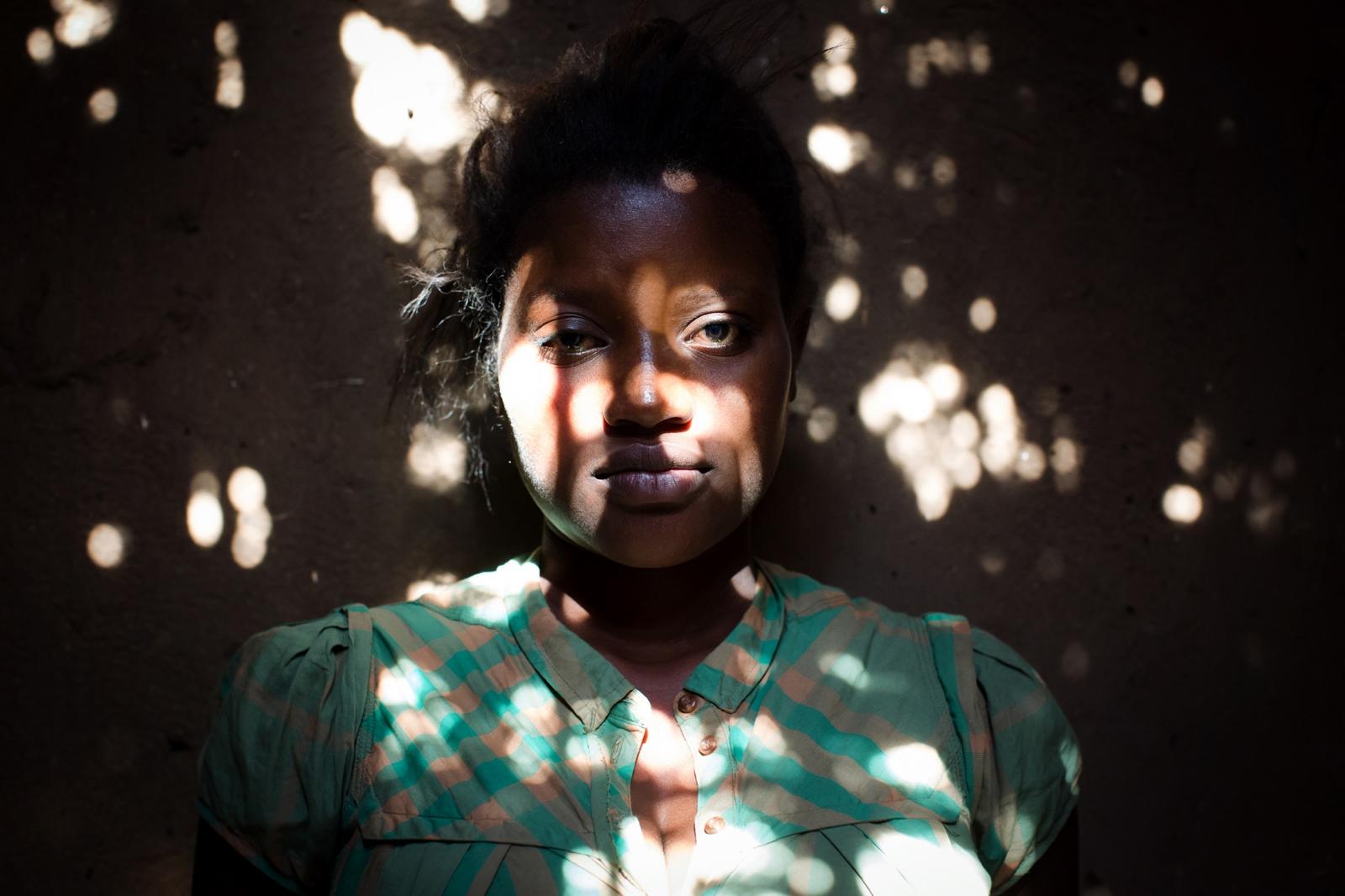 Ziria Namutamba, 42, Bäuerin und Grossmutter des unter der Fürsorge des Teams von 'Serving His Children' gestorbenen Twalali Kifabi sitzt am Abend hinter ihrem Haus in Kizuba, Namutumba District, Uganda. Die Familie ist an der Klage gegen Renee Bach beteiligt.