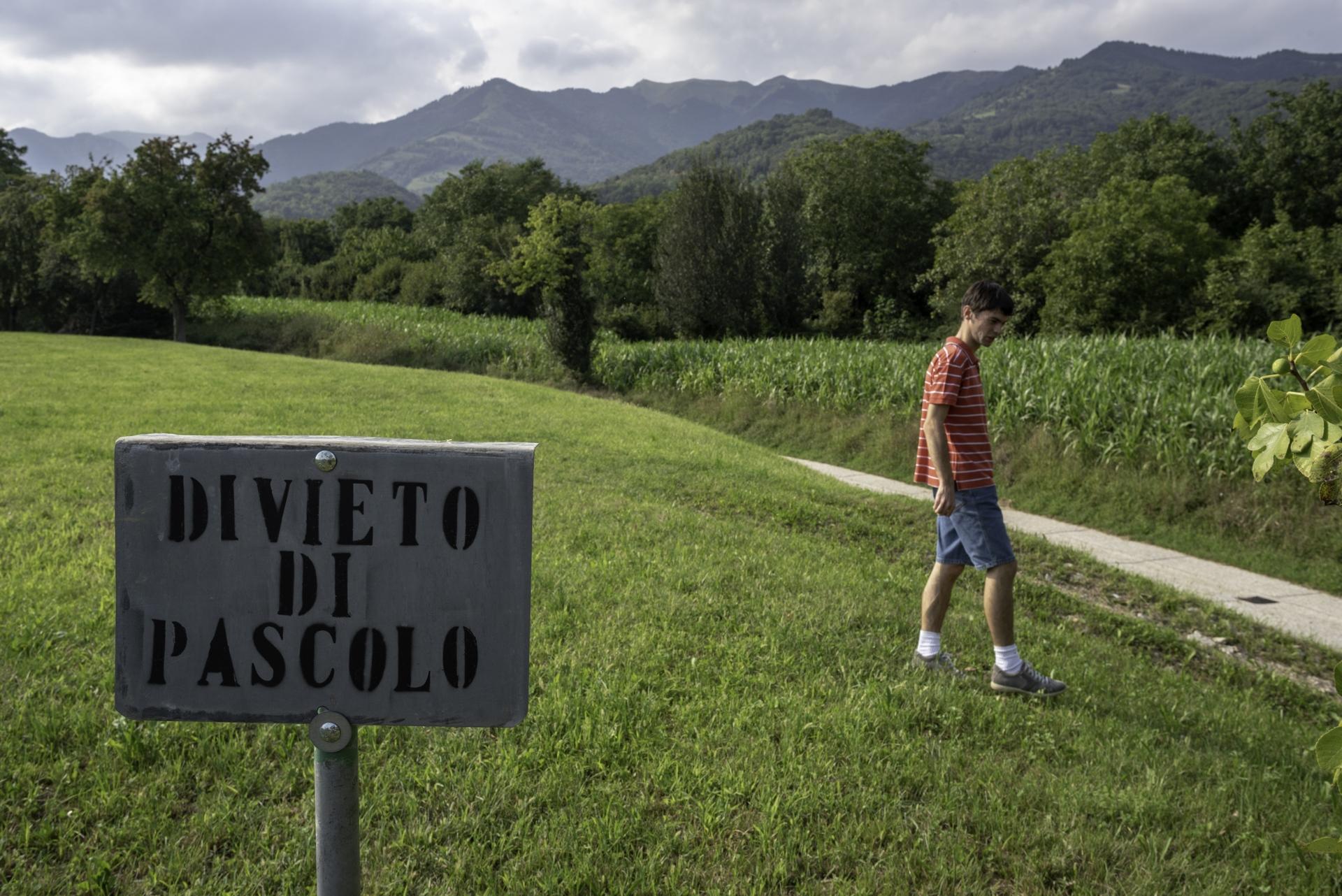 Prima dell'installazione dei nuovi vitigni la zona rurale era caratterizzata da colture di mais per allevamento e pascolo. Damiano Salvestro è una delle sentinelle cittadine che monitora l'invasione di piantagioni di Glera nella sua zona. Cavaso del Tomba (TV).