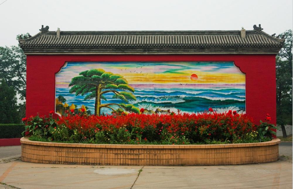 Mural a la entrada de una tienda para turistas, dando bienvenida a los autobuses que llegan a raudales / Mural at the entrance of a tourist shop, welcoming the buses that would arrive in massive quantities. Beijing / Pekín