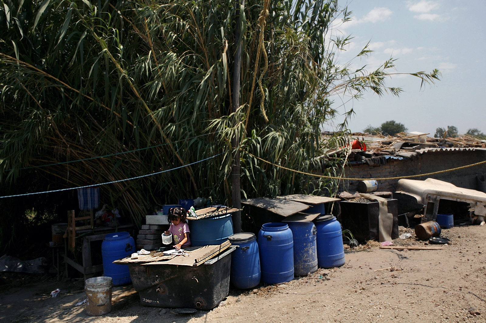 As Guadalajara has expanded, the extraordinary population growth within the outer zones of the city has outpaced the reach of municipal infrastructure that treats and delivers clean water. In many of these communities, the local aqueduct is polluted with toxic chemicals. Natural reservoirs and groundwater are stagnant, impure and unsuitable for any use. High exposure to chemical contaminants and infectious disease pose serious health risks to the families and workers in these areas. Potable water for drinking and cooking is trucked into the neighborhood.