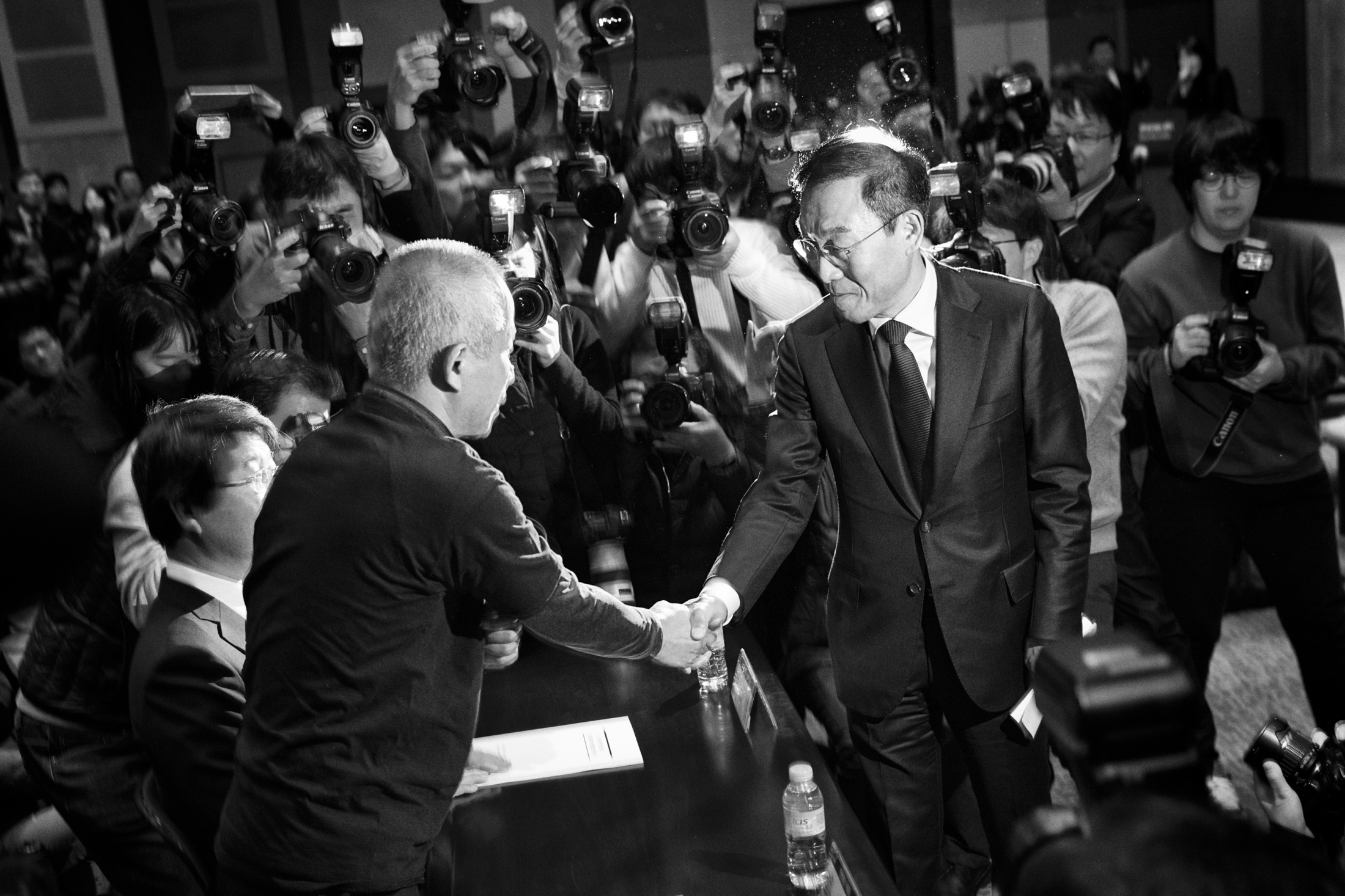 Hwang Sang-ki, a father of the late Hwang Yu-mi who died of leukemia due to toxic chemicals from Samsung Electronics semiconductor chip factory and Kim Ki-nam, the vice president and CEO of Samsung Electronics shake hands right after Kim's apology to the victims and their families at the press conference for Samsung Electronics' apology to the victims and signing of the settlement at Korea Press Center in Seoul, South Korea on Nov. 23, 2018.
