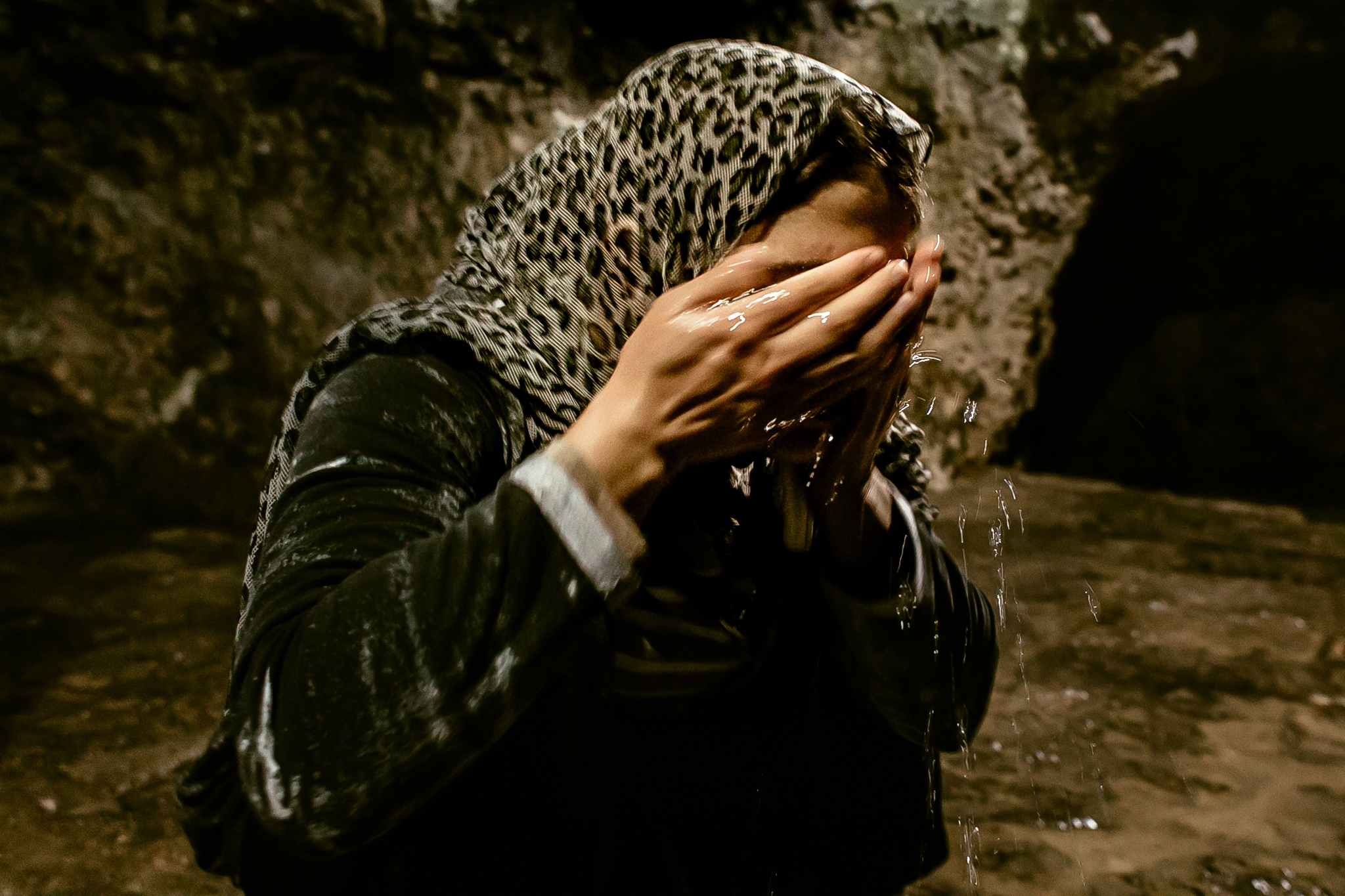Turkia Hussein washes his face with the sacred waters of the Zamzam fountain. She is yazidi again.