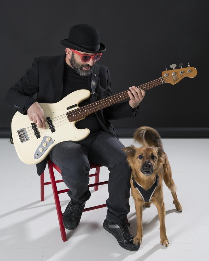 l'amico bassista Sebastiano Sacchetti, con Braciòla. Nel mio studio a Lucca.